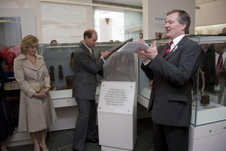 HRH The Earl of Wessex unveiling the plaque (see text) ©2010 Don Manning & SPRI