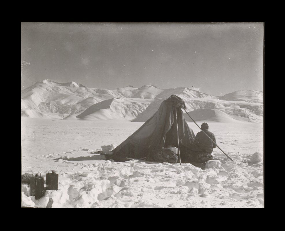 R.F. Scott. Lunch camp on the Beardmore Glacier (Copyright SPRI P2012/5/100)
